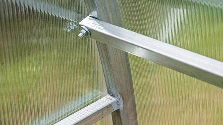 Фото соединения каркаса из оцинкованной металлической трубы поликарбонатной теплицы Богатырь