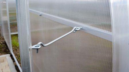 Накидной крючок для двери теплицы из ячеистого поликарбоната производства Агросфера, фото